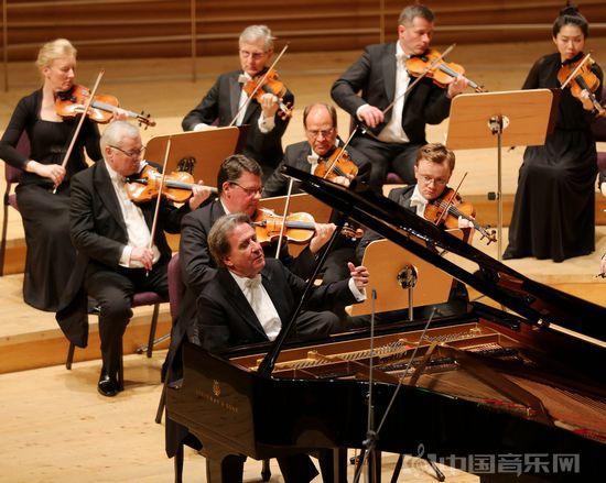 """布赫宾德携德累斯顿国家管弦乐团昨晚沪上献演""""全场莫扎特""""。"""