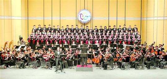 大型交响合唱《启航》在上海大剧院上演,为第十九届中国上海国际艺术节揭幕