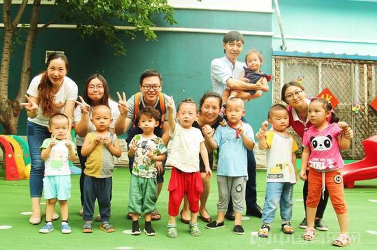 接受康复训练的听障儿童与爱的分贝工作人员