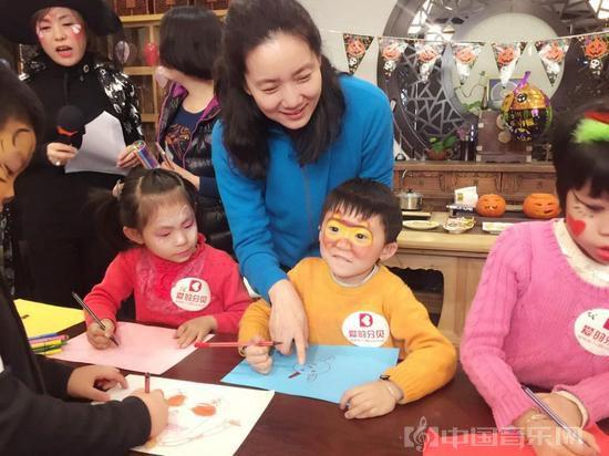 爱的分贝项目理事会副理事长李修平与受助孩子交流